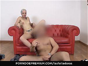 LAS FOLLADORAS - amateur Liz Rainbow gets spunk on bum